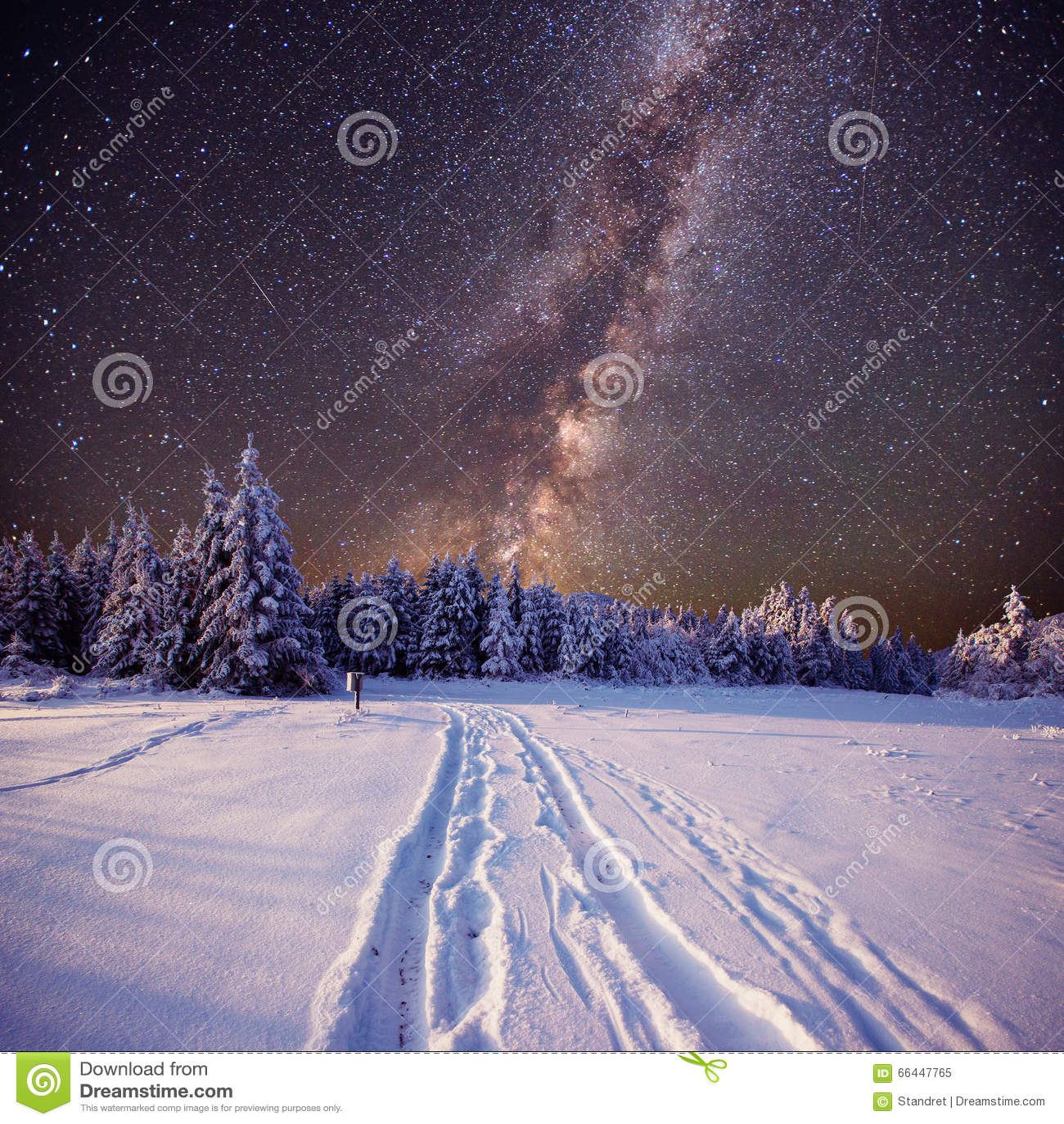 Sciame meteorico fantastico di inverno e le montagne innevate