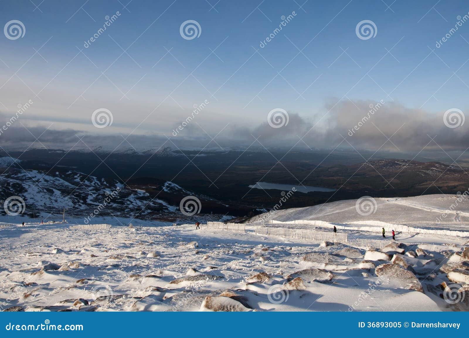 Download Sciando Sulla Montagna Di Cairngorm In Scozia Immagine Editoriale - Immagine di cairn, neve: 36893005