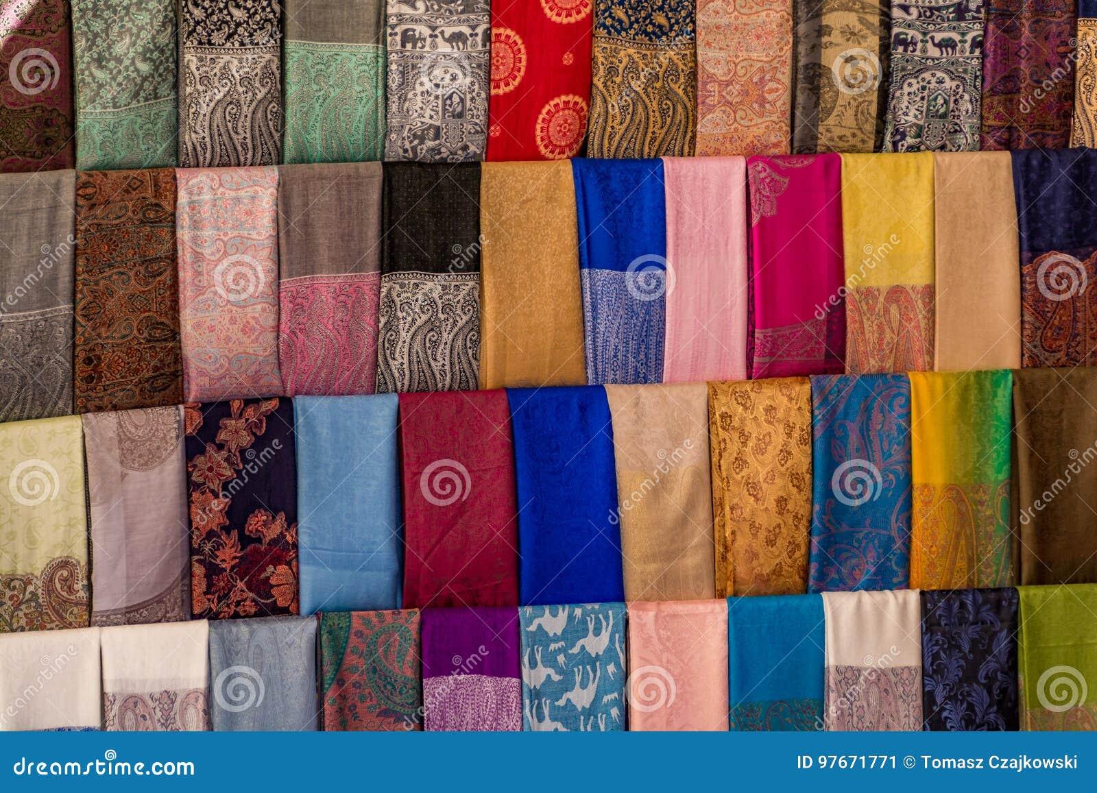 Sciarpe arabe Colourful su un mercato