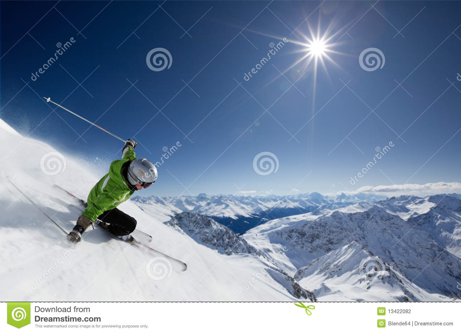 Sciatore con il sole e le montagne