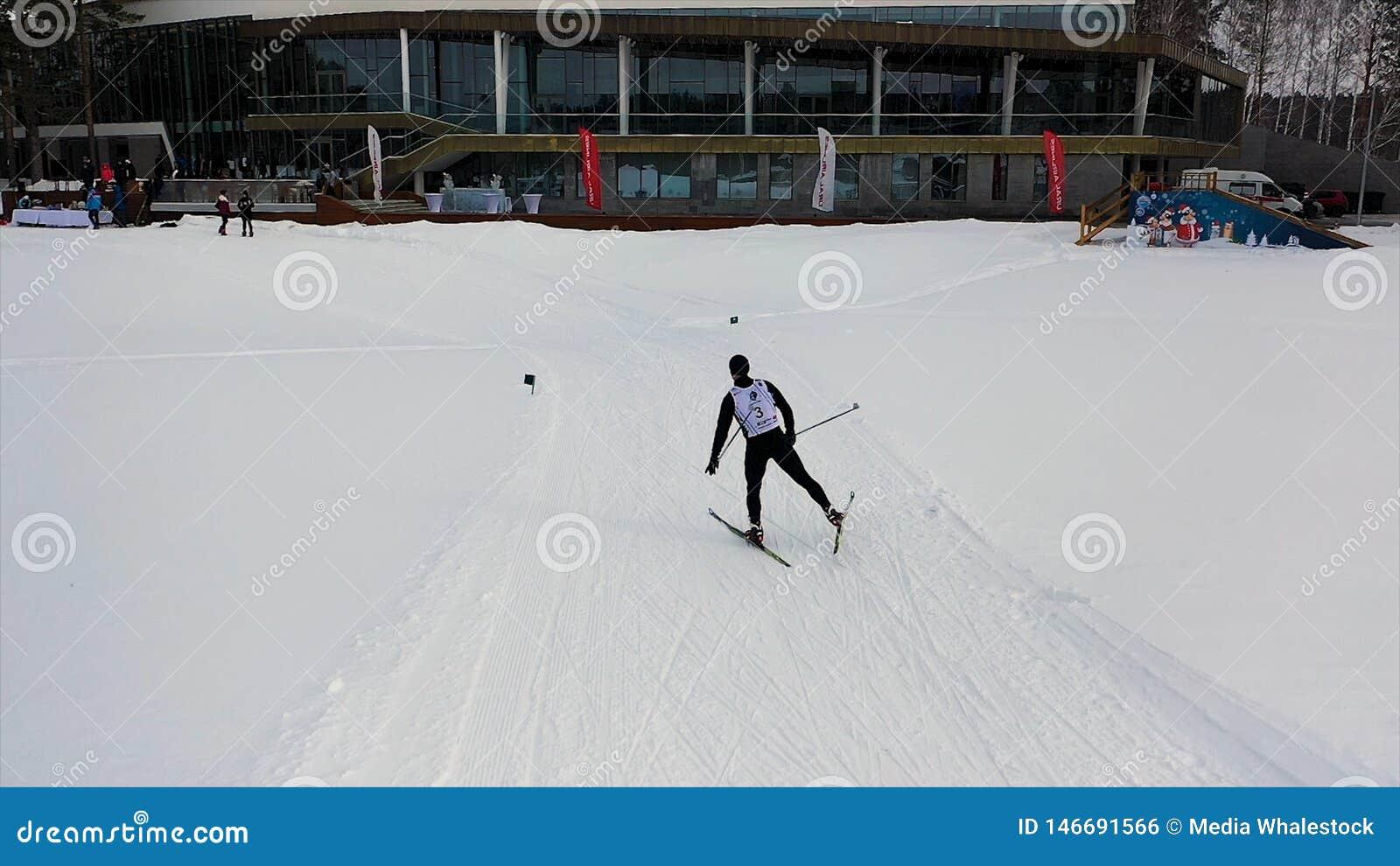 Sciatore del supporto in uniforme che viene all arrivo, concetto di sport metraggio Sci dell uomo che pattina il suo ultimo rives