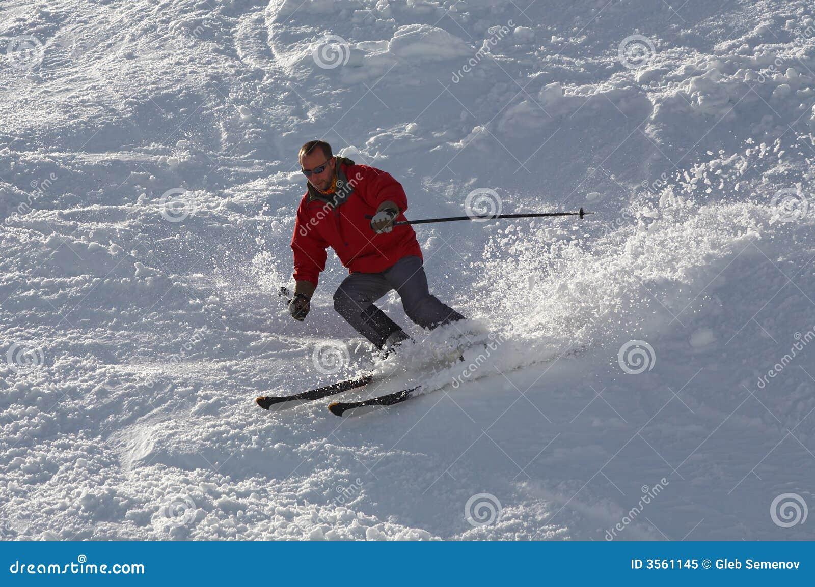 Sciatore nel colore rosso
