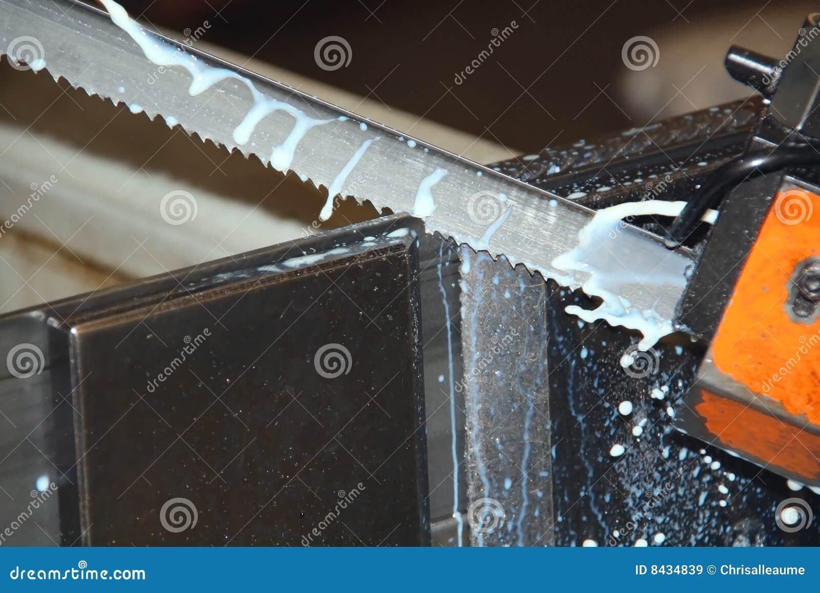 Scie à ruban coupant le métal industriel