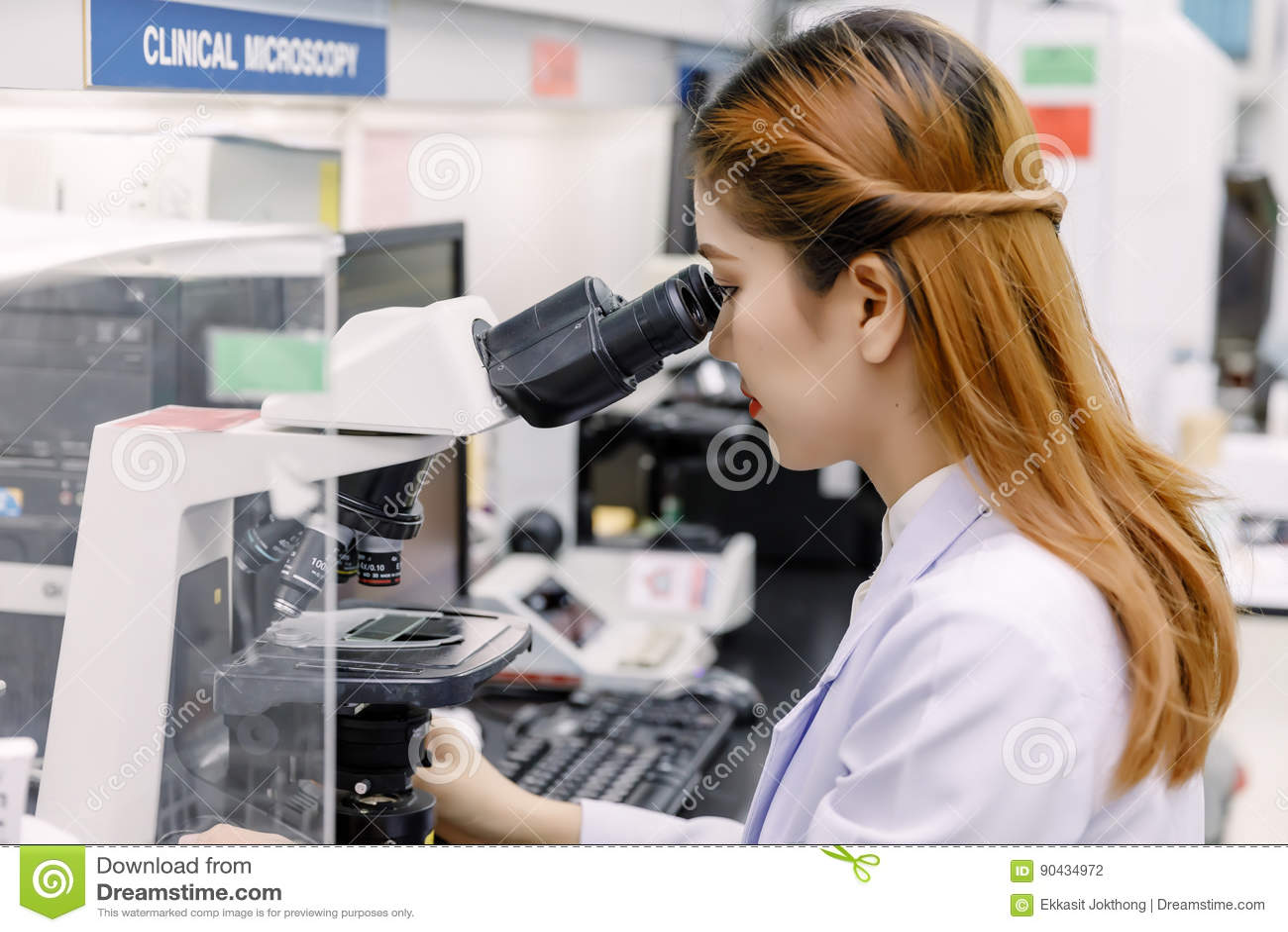 Scientifique à l aide d un microscope dans un laboratoire