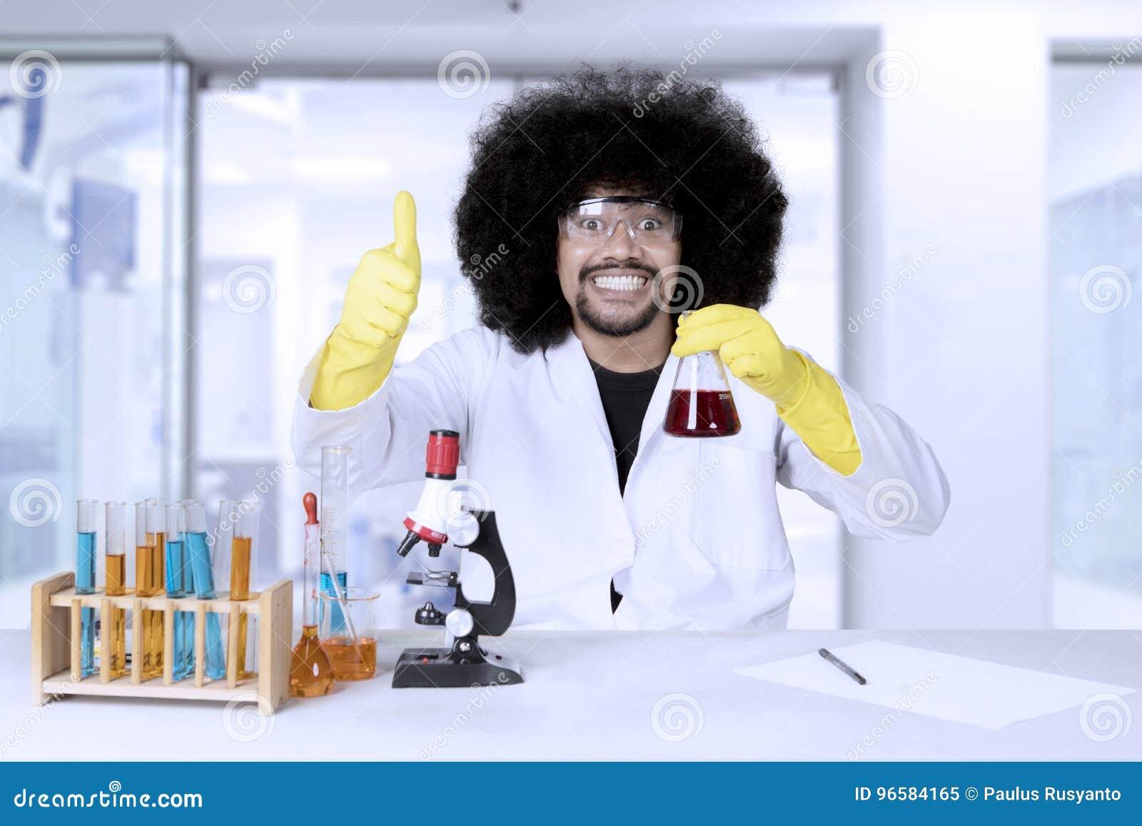 Scientifique d Afro travaillant à la recherche scientifique