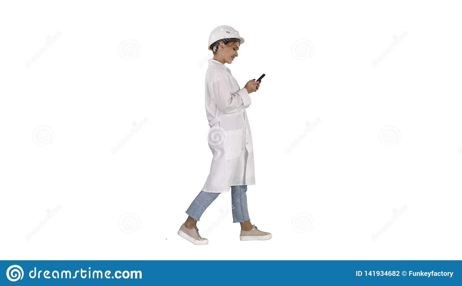 Scientifique féminin Using Smartphone Walking sur le fond blanc