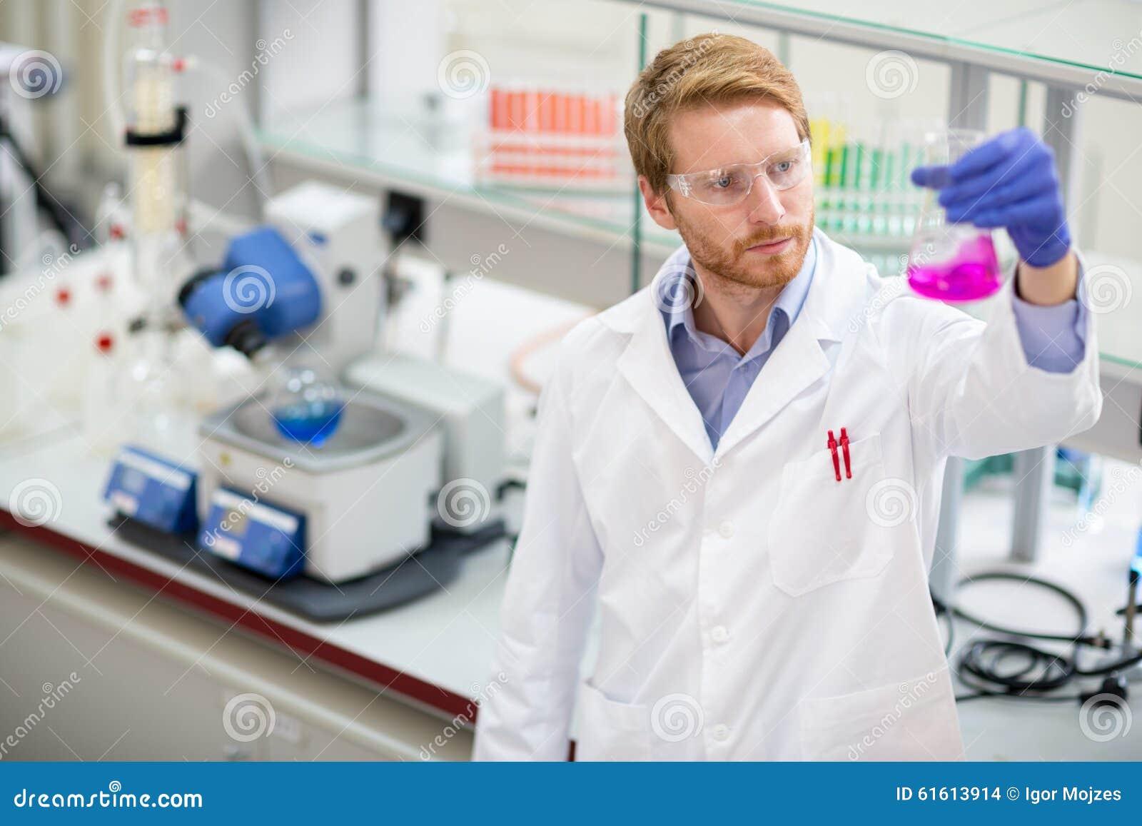 Scientifique observant le réactif liquide