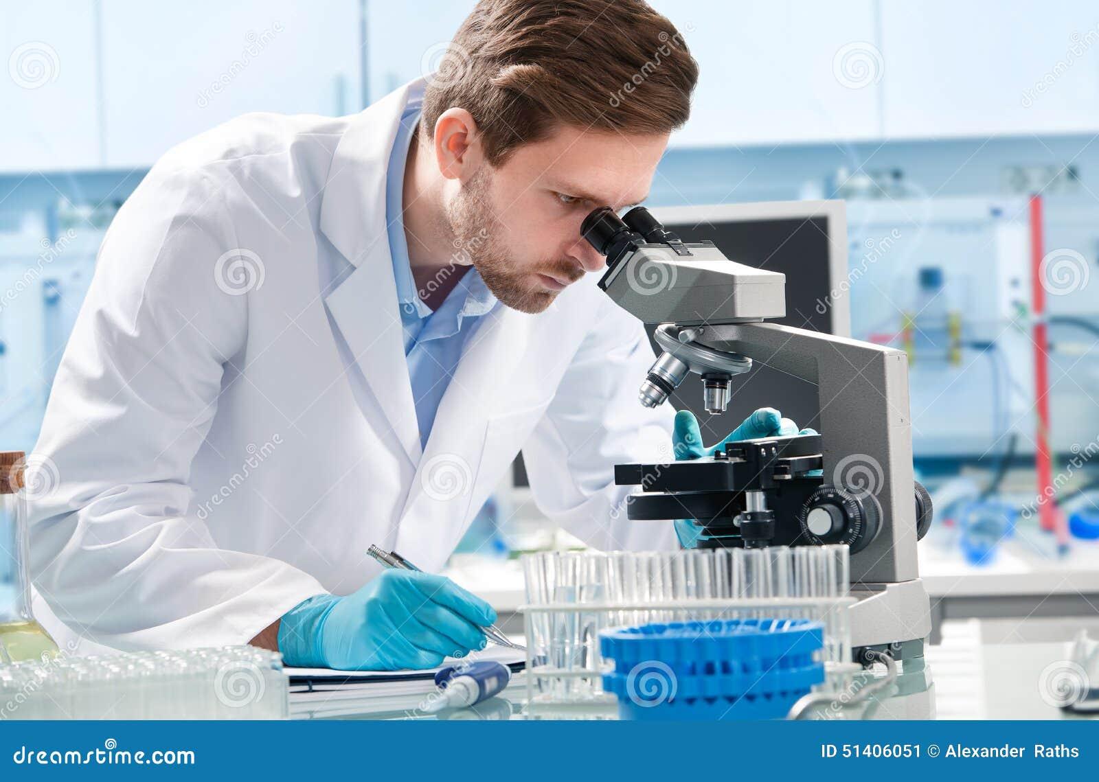 Scientifique regardant par un microscope