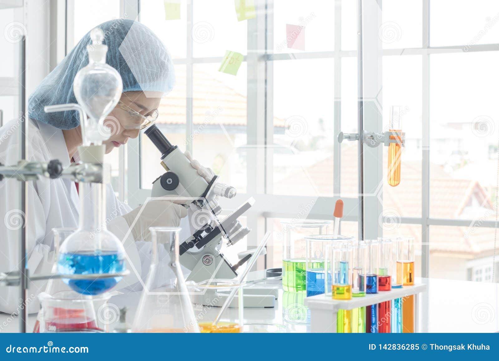 Scientifiques de Famale pendant les experimentts dans le laboratoire
