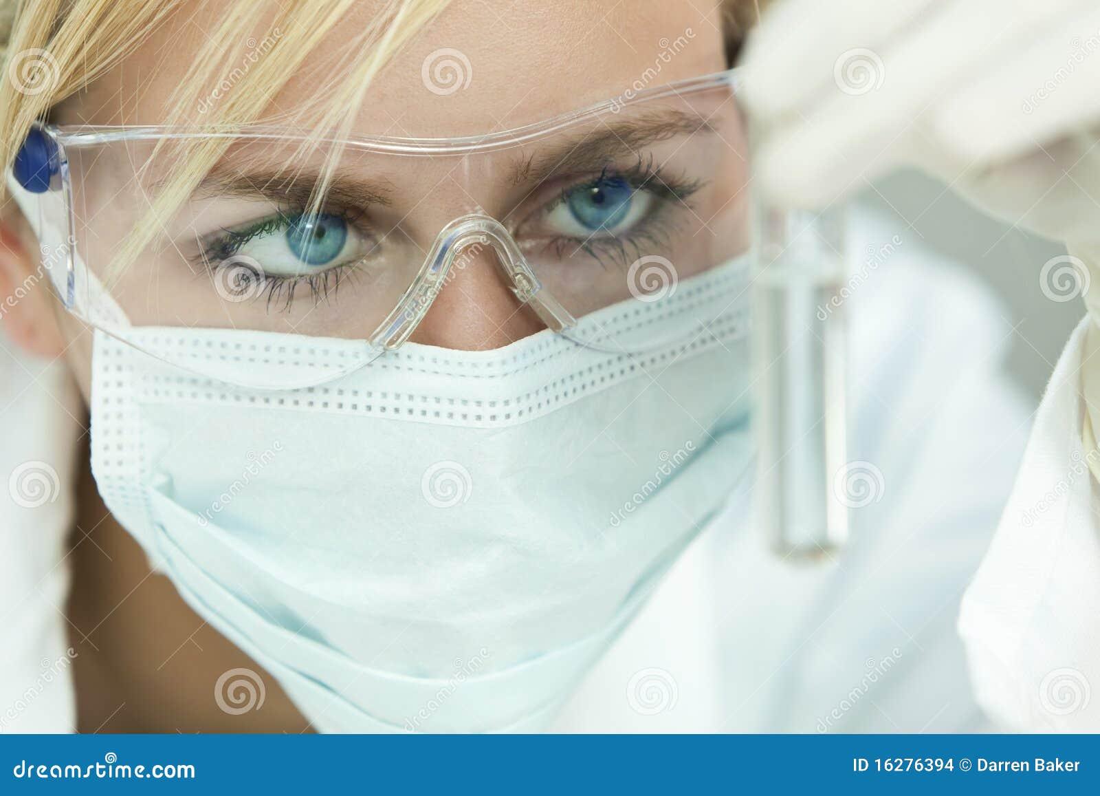 Scienziato & provetta femminili in laboratorio