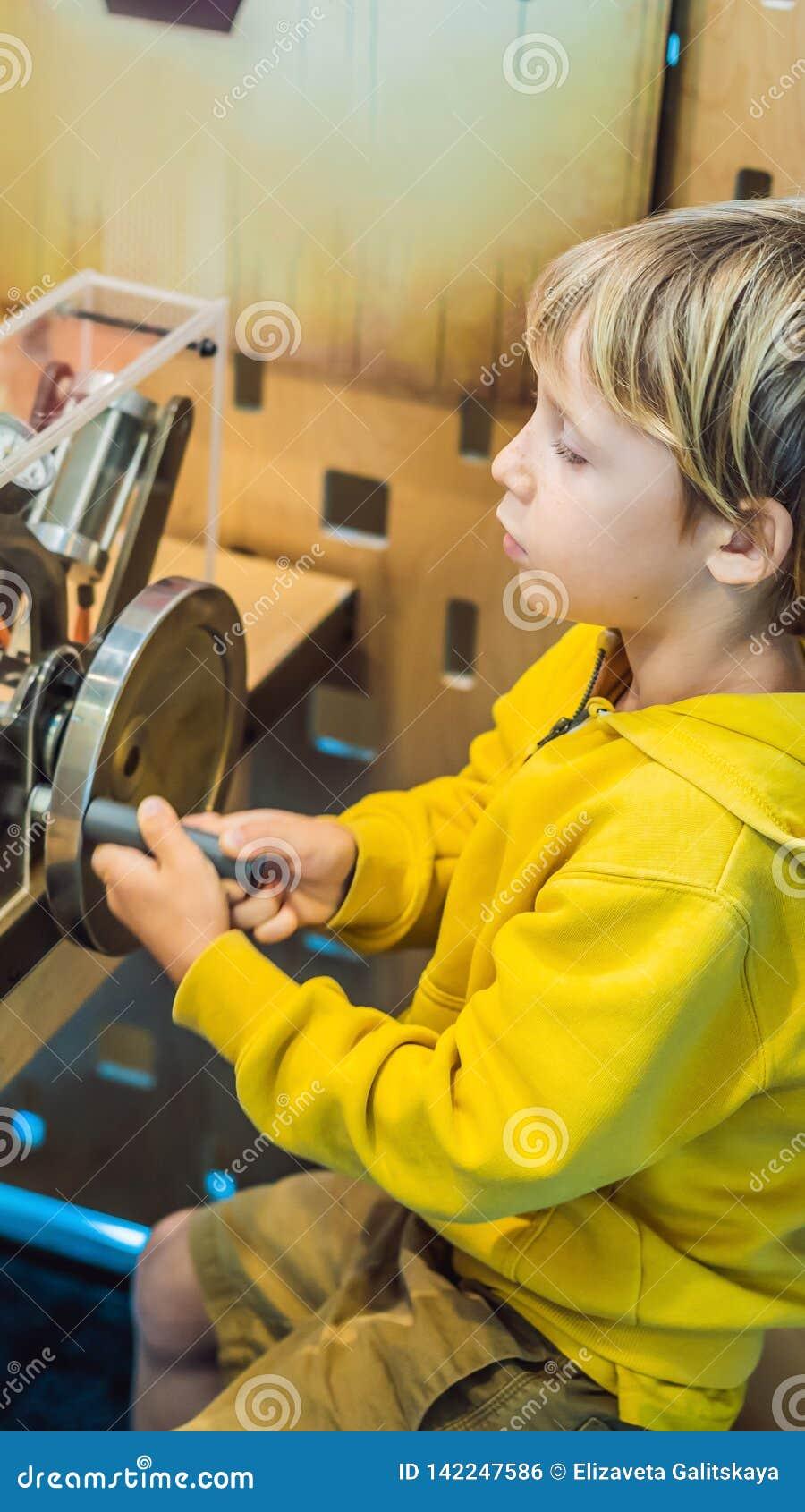 Scienziato astuto del ragazzo che fa gli esperimenti fisici in laboratorio Concetto educativo FORMATO VERTICALE di scoperta per