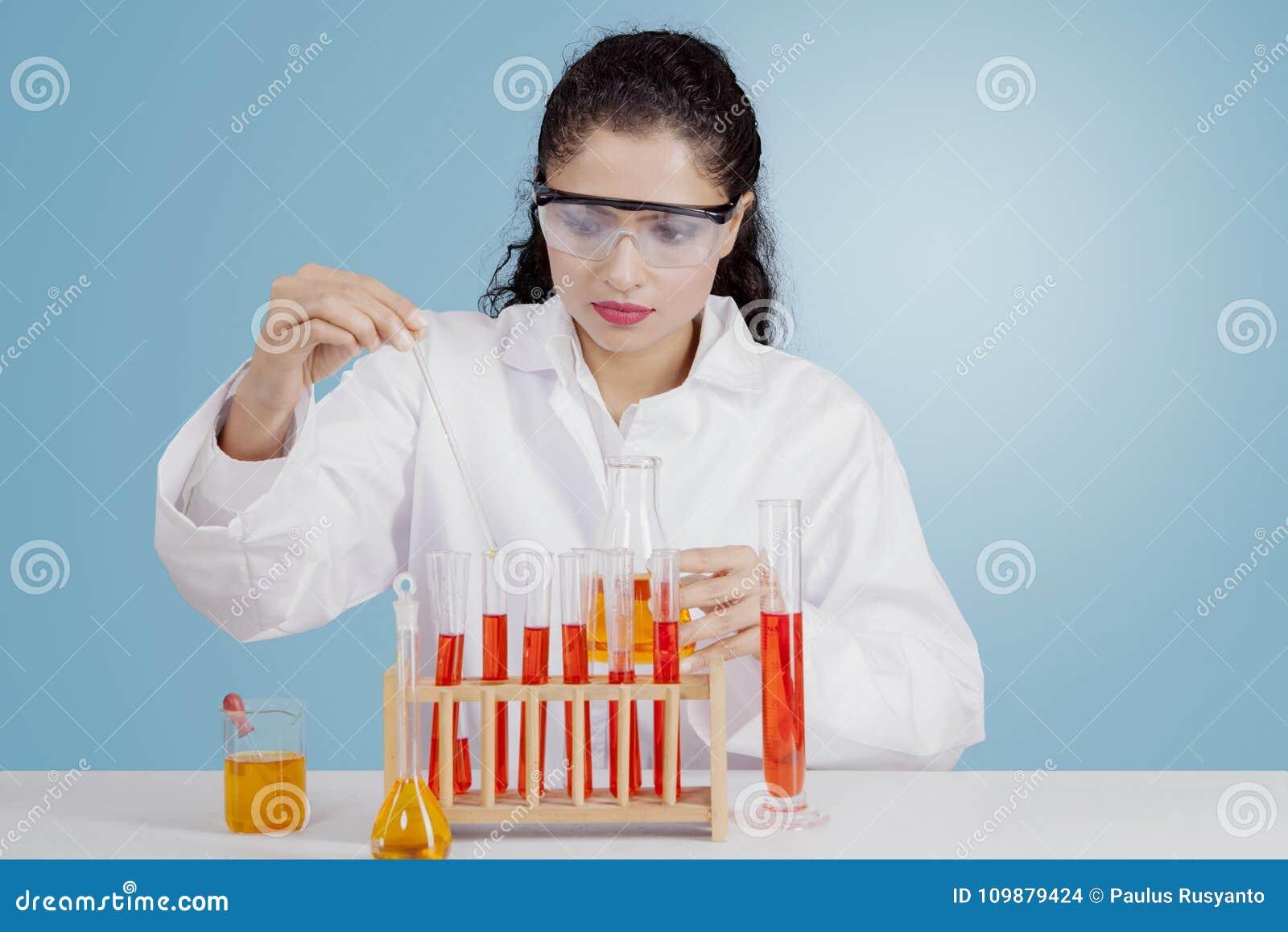 Scienziato indiano che lavora con i prodotti chimici