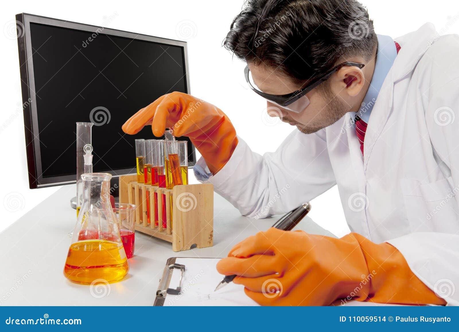 Scienziato maschio che sperimenta con i prodotti chimici