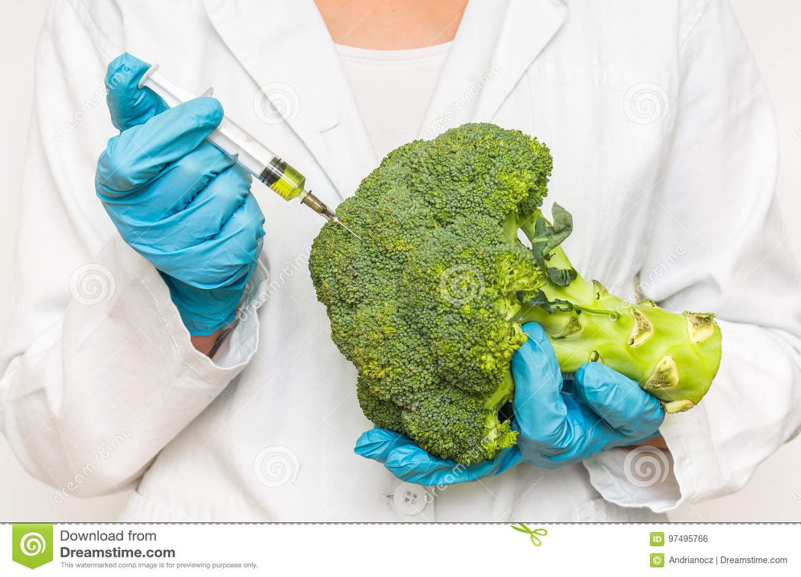 Scienziato OMG che inietta liquido dalla siringa nei broccoli