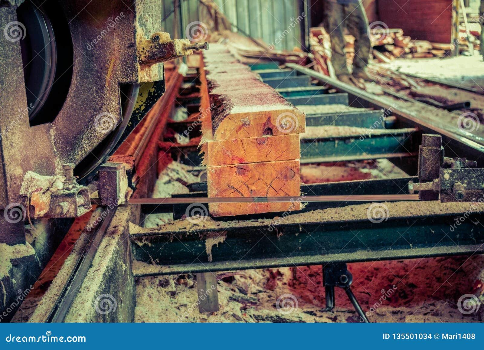Scierie Le processus de l usinage ouvre une session des scies de machine de scierie le t