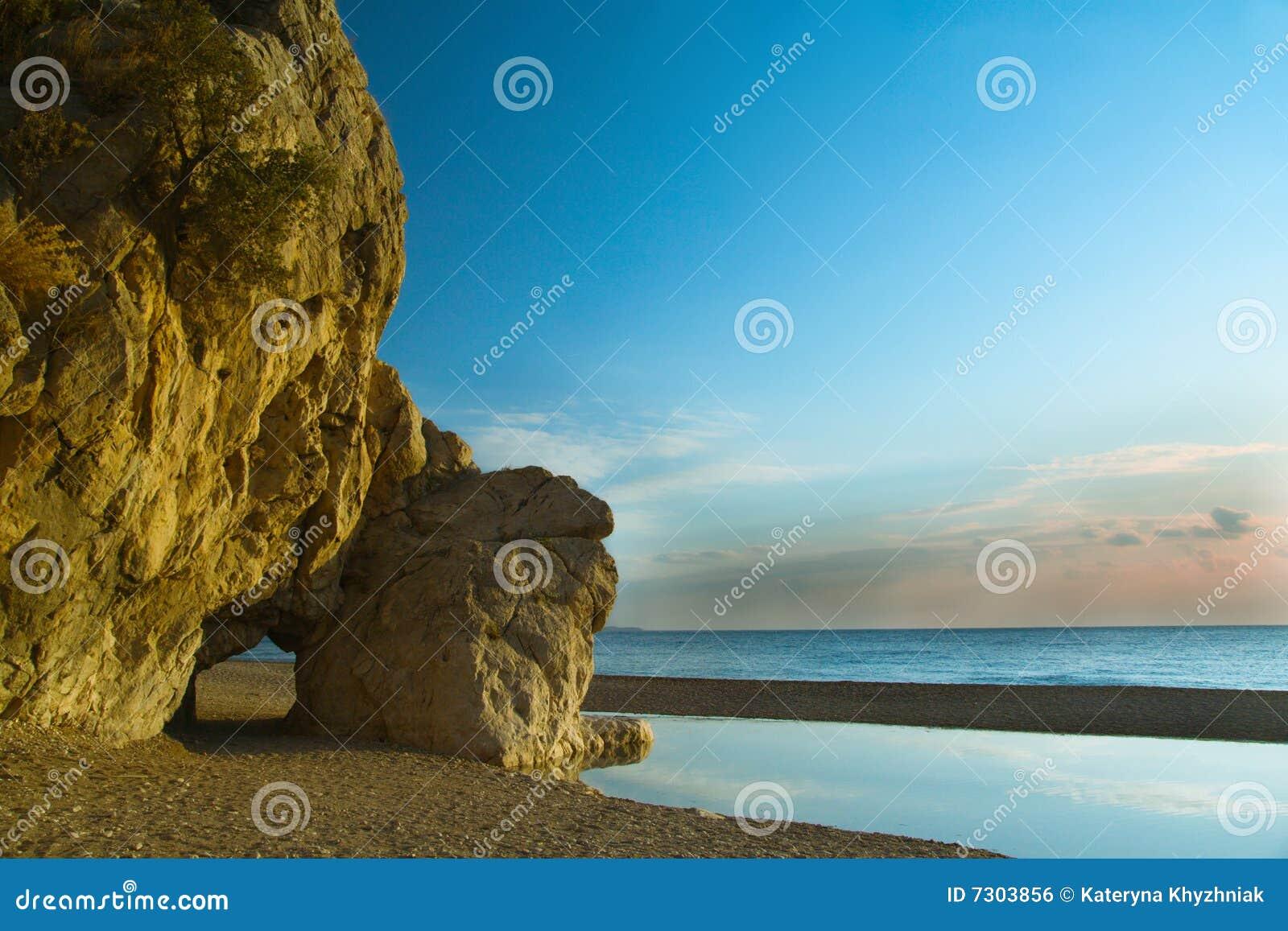 Scogliera sul litorale di mare, con copyspace