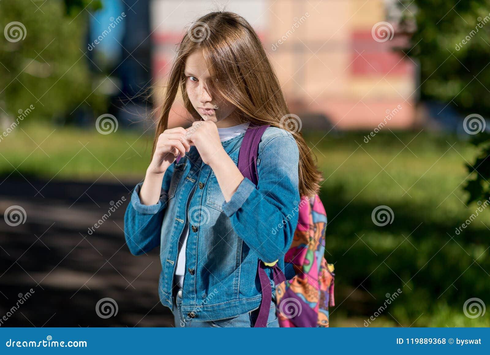 Scolara della ragazza Estate in natura È nello scaffale I ` m. pronto ad iniziare una lotta Il concetto di protezione del bambino