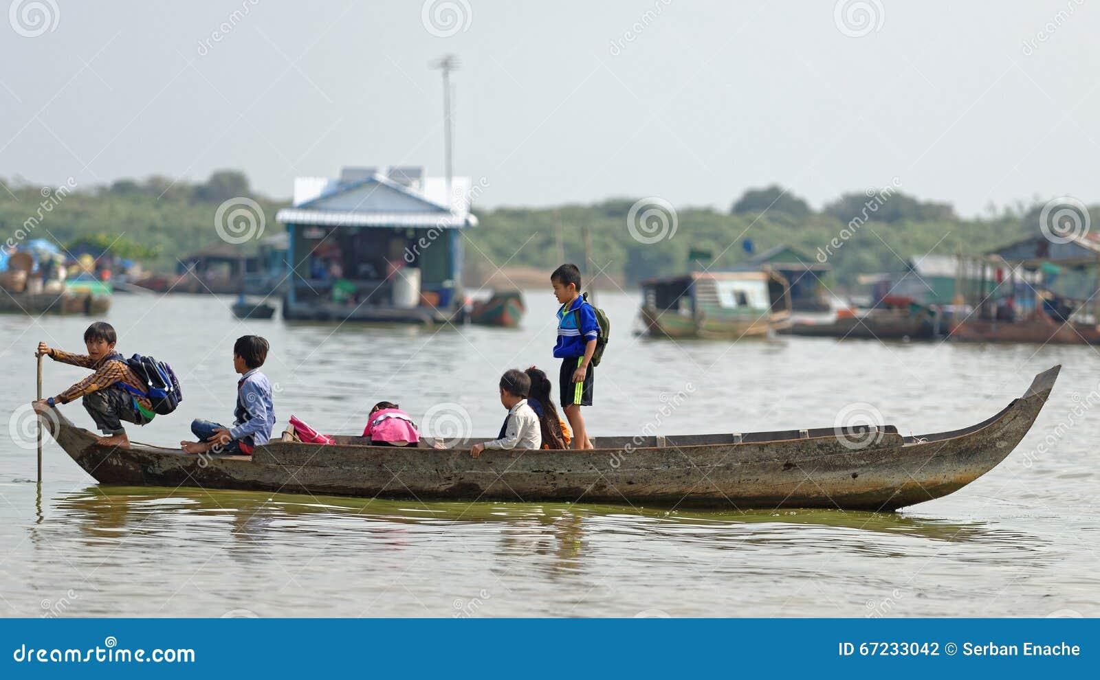 Scolari in barca, linfa di Tonle, Cambogia