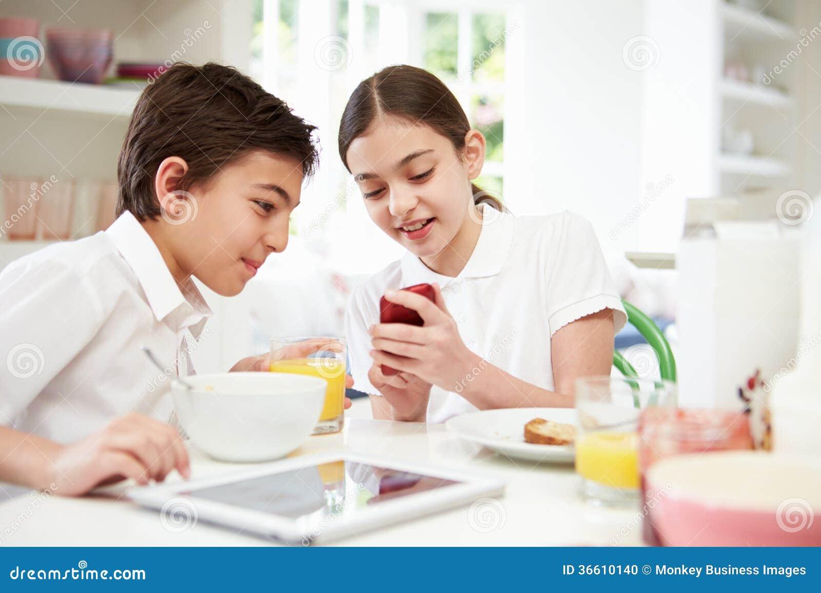 Scolari con la compressa ed il cellulare di Digital alla prima colazione