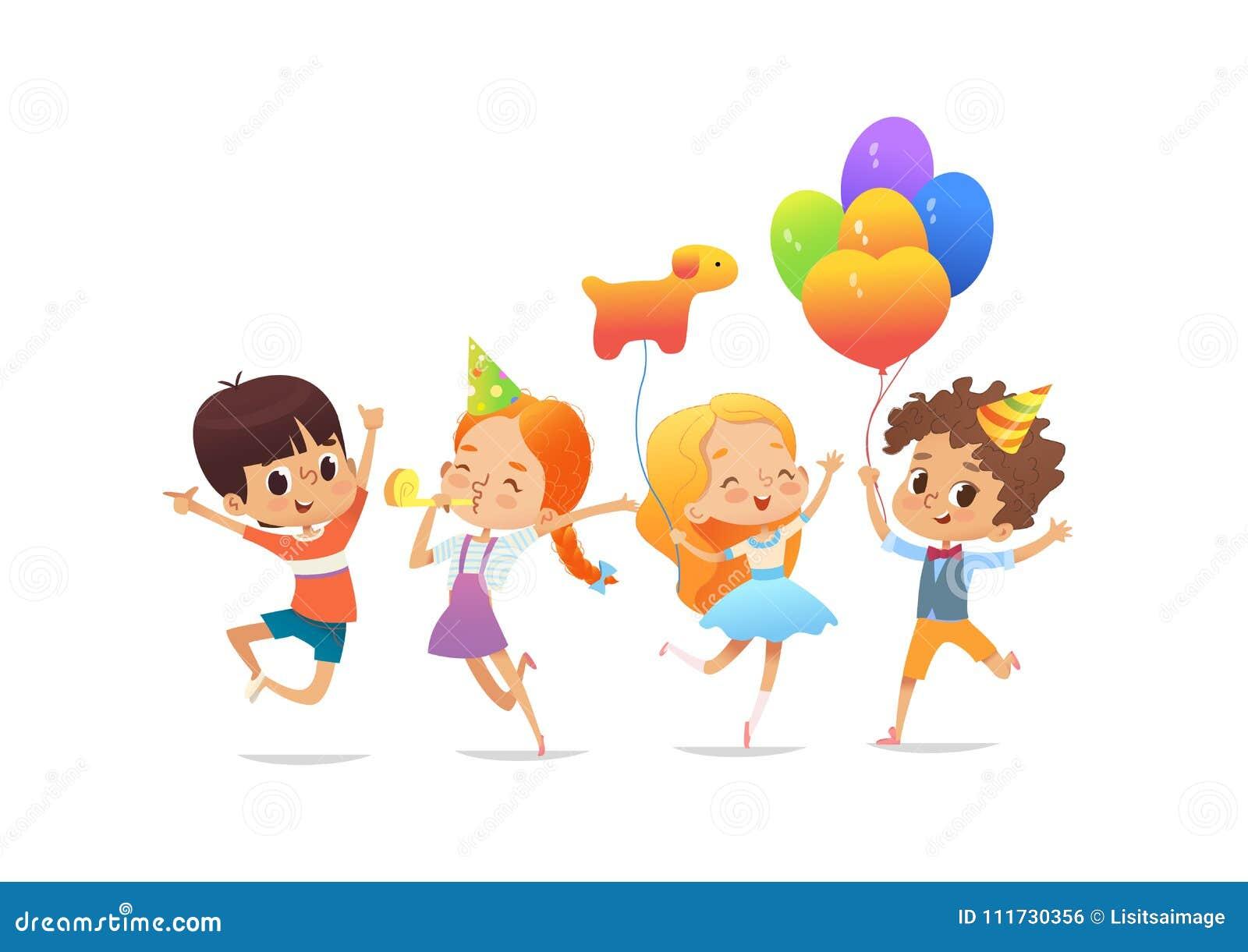 Scolari felici con i palloni ed i cappelli di compleanno allegro che saltano contro il fondo bianco Festa di compleanno