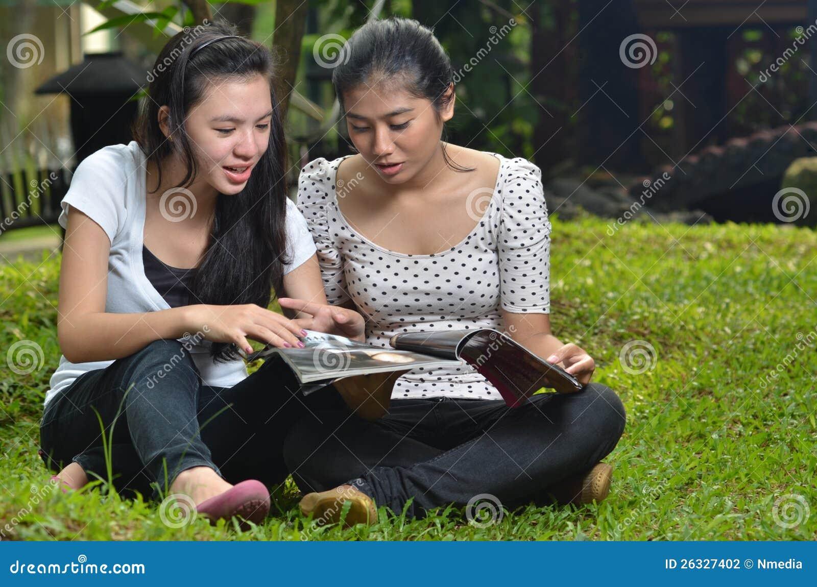 Scomparto della lettura di attività delle ragazze esterno