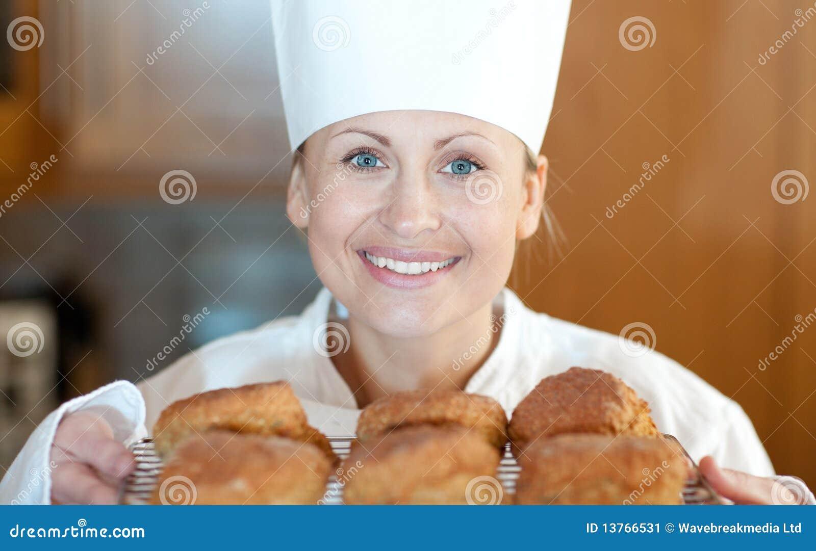 Scones конца шеф-повара выпечки женские вверх