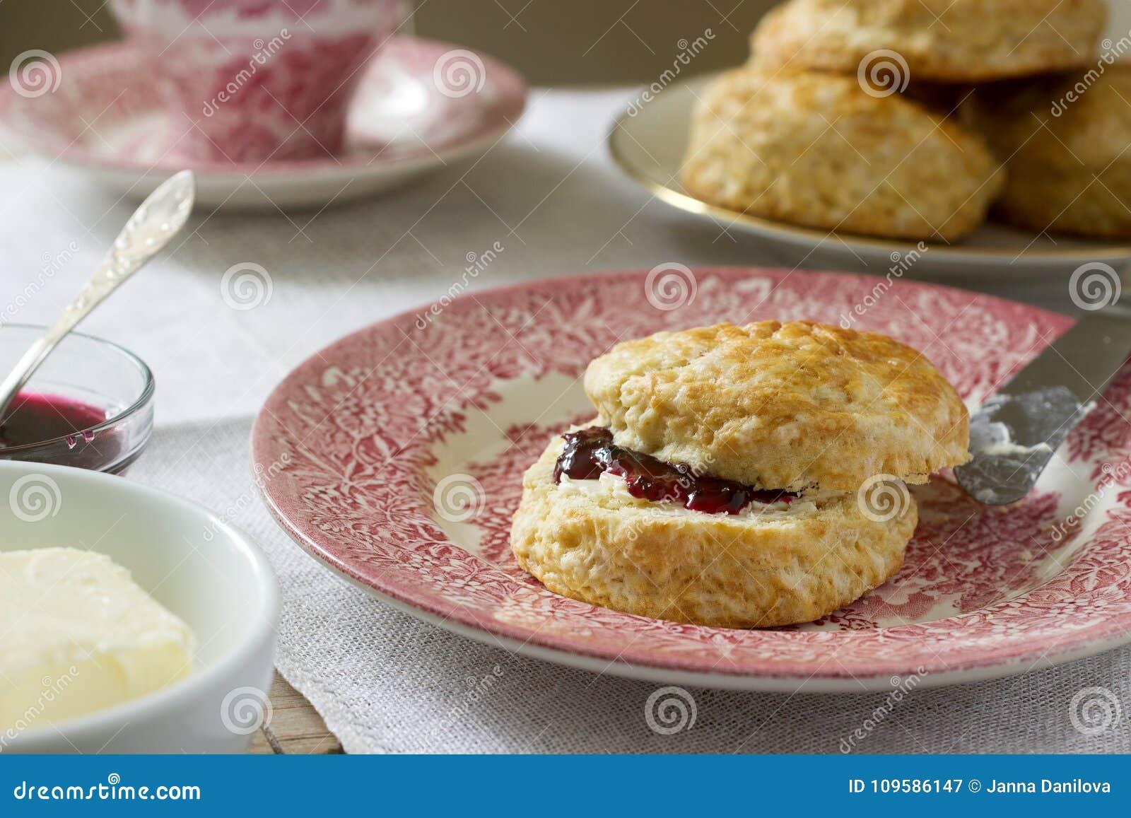 Sconeser för hemlagat bröd med varmt te, traditionella brittiska bakelser