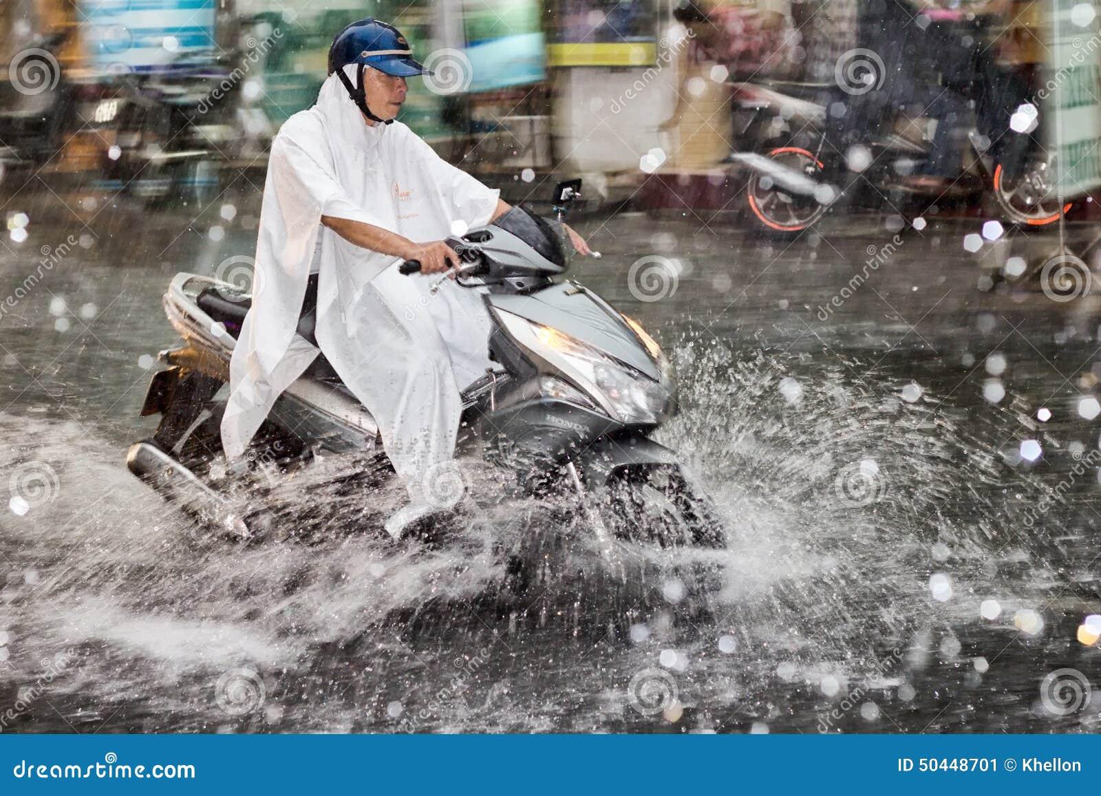 Scooter sous la pluie