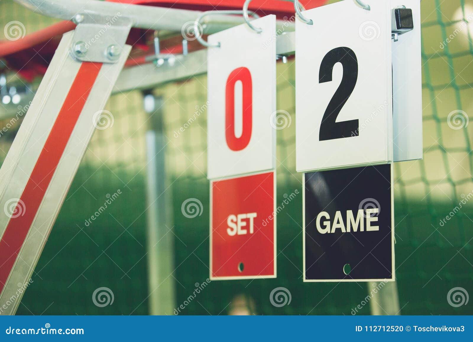 Scorebord op tennisbaan tijdens het spel openlucht, close-up