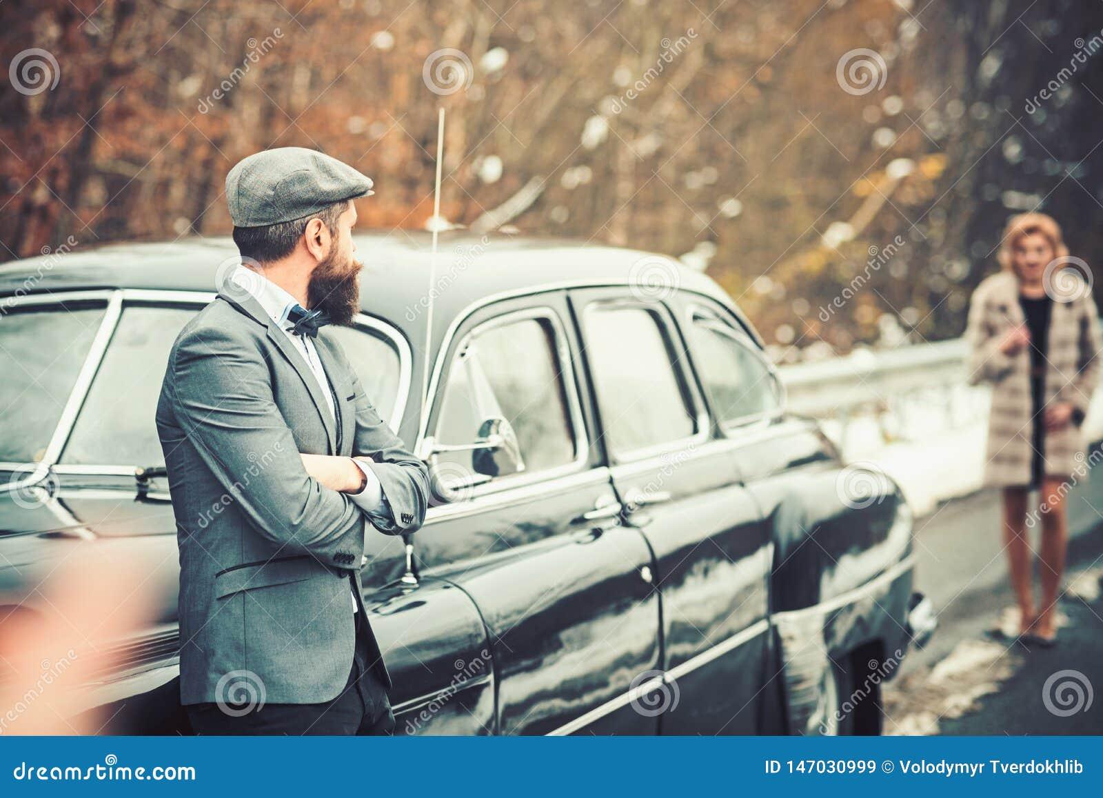Scorta della ragazza da sicurezza Automobile retro della raccolta e riparazione automatica dall autista del meccanico Uomo barbut