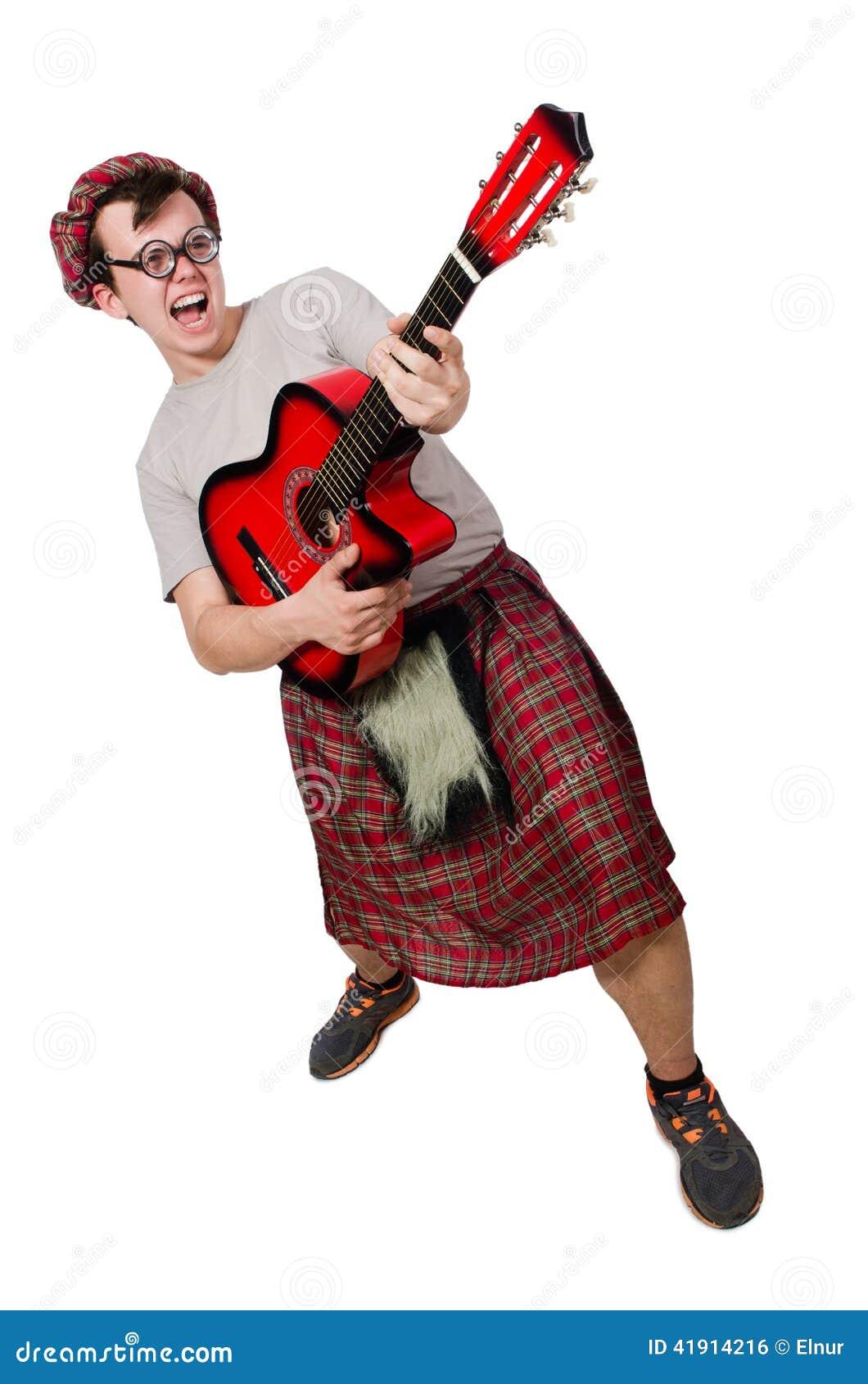 Scotsman que toca la guitarra aislada
