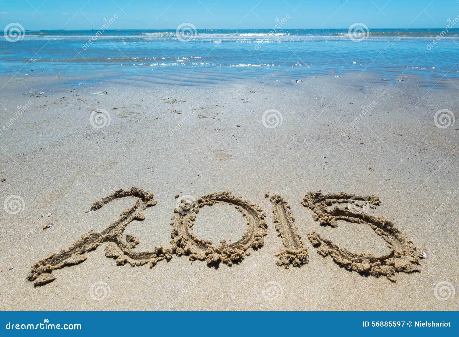 2015 scritti a mano nella sabbia della spiaggia