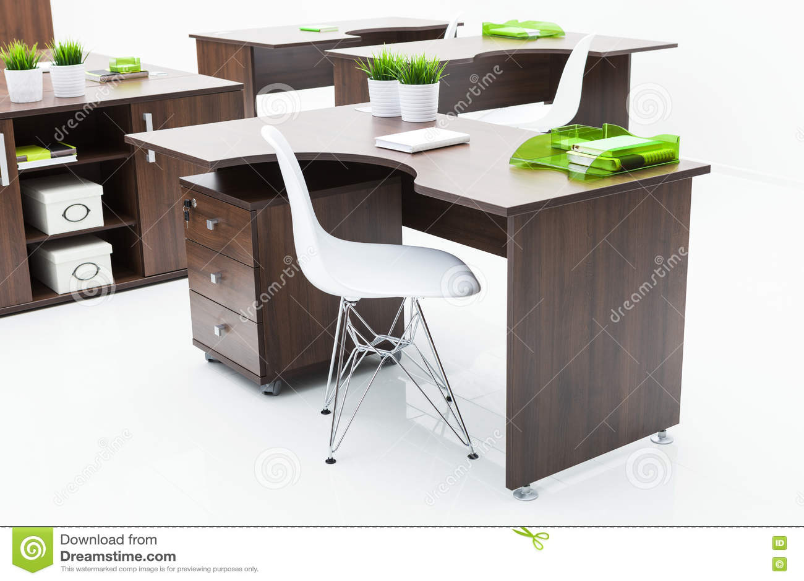 Scrittori di legno e sedie bianche fotografia stock for Sedie di legno bianche