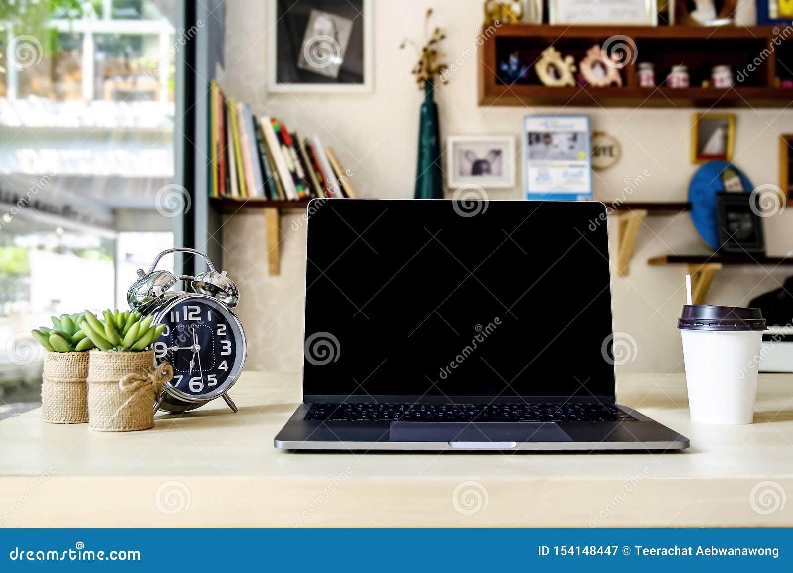 Scrittorio funzionante in bianco in Ministero degli Interni con attrezzatura quali il computer portatile/computer portatile, l or