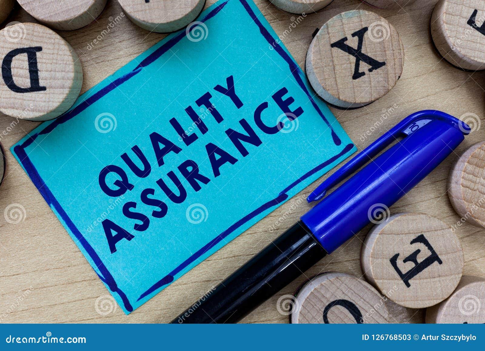 Scrittura concettuale della mano che mostra assicurazione di qualità Il testo della foto di affari assicura un determinato livell