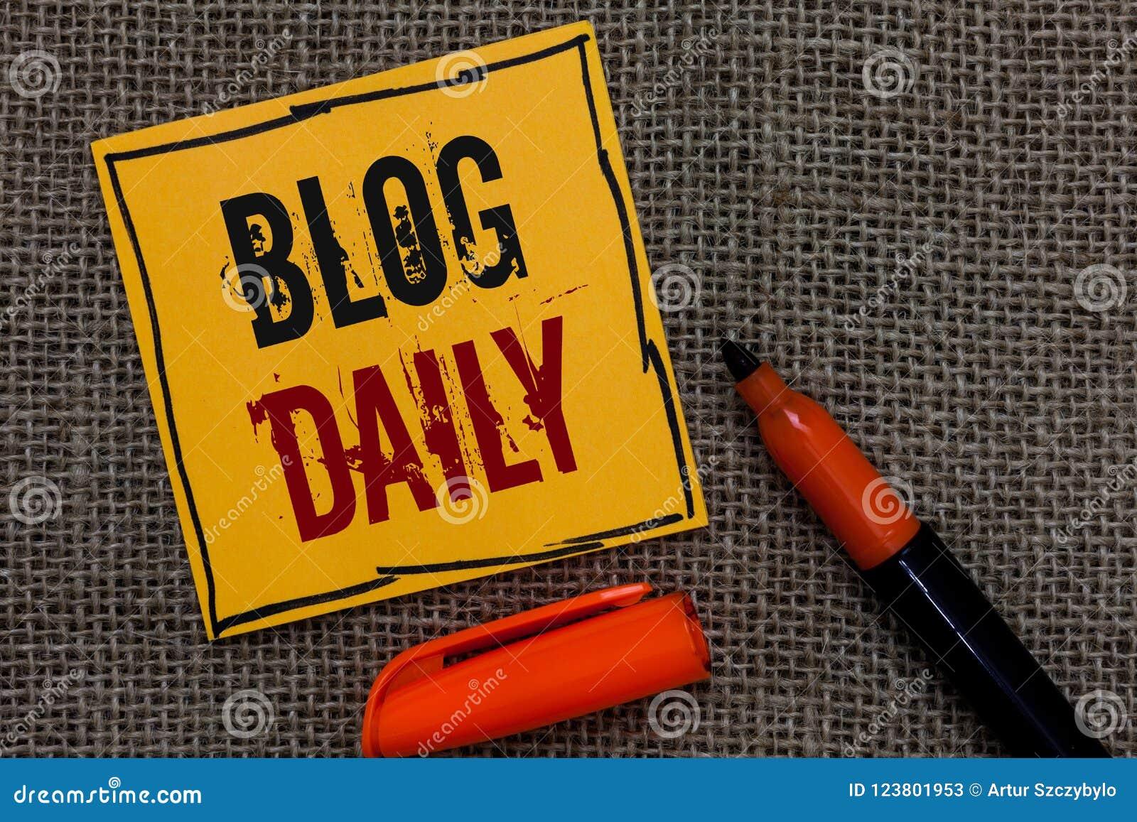 Scrittura concettuale della mano che mostra il quotidiano del blog La foto di affari che montra l invio quotidiano di tutto l eve