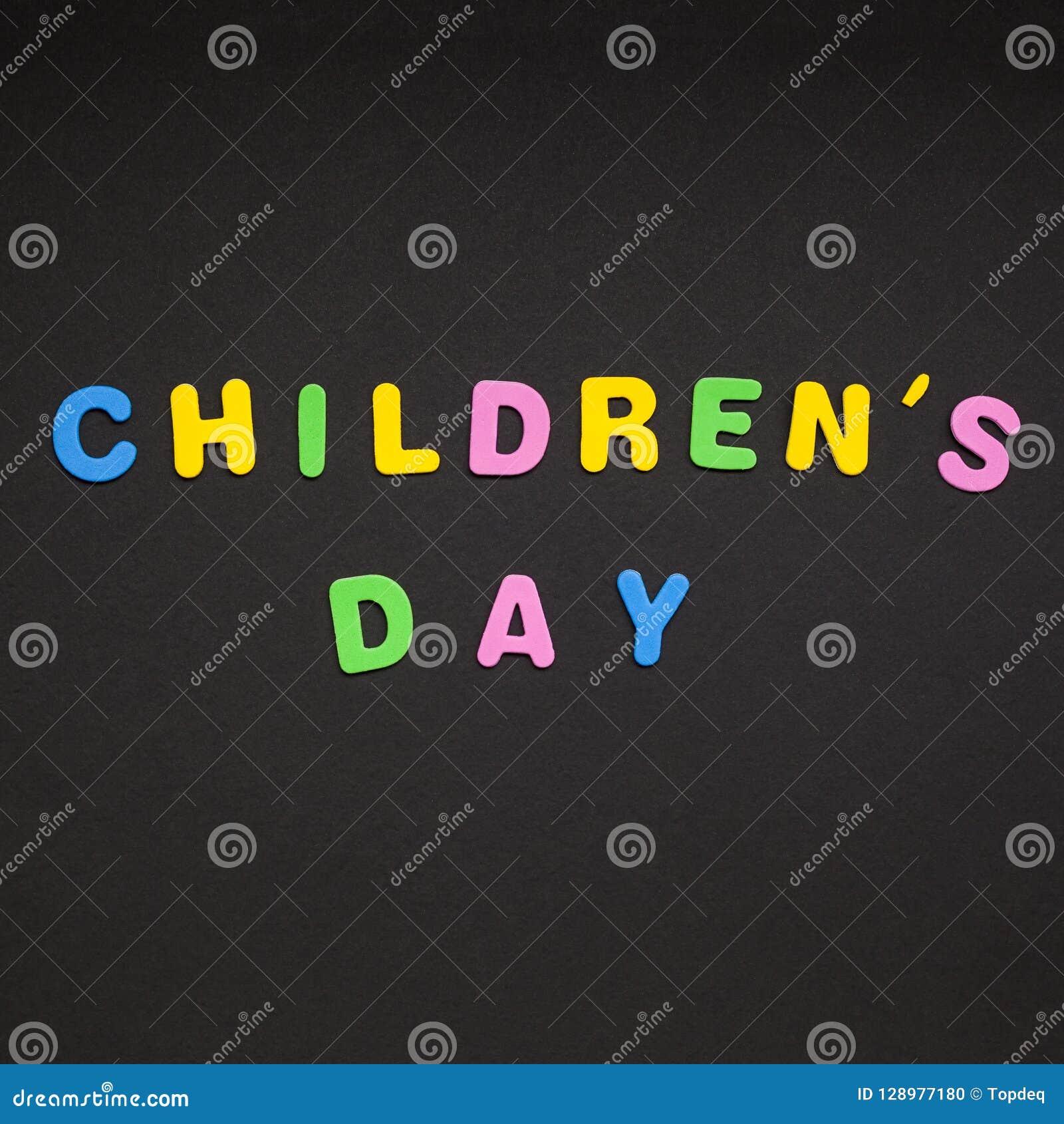 Scrittura Del Giorno Dei Bambini Sul Fondo Di Carta Nero Fotografia