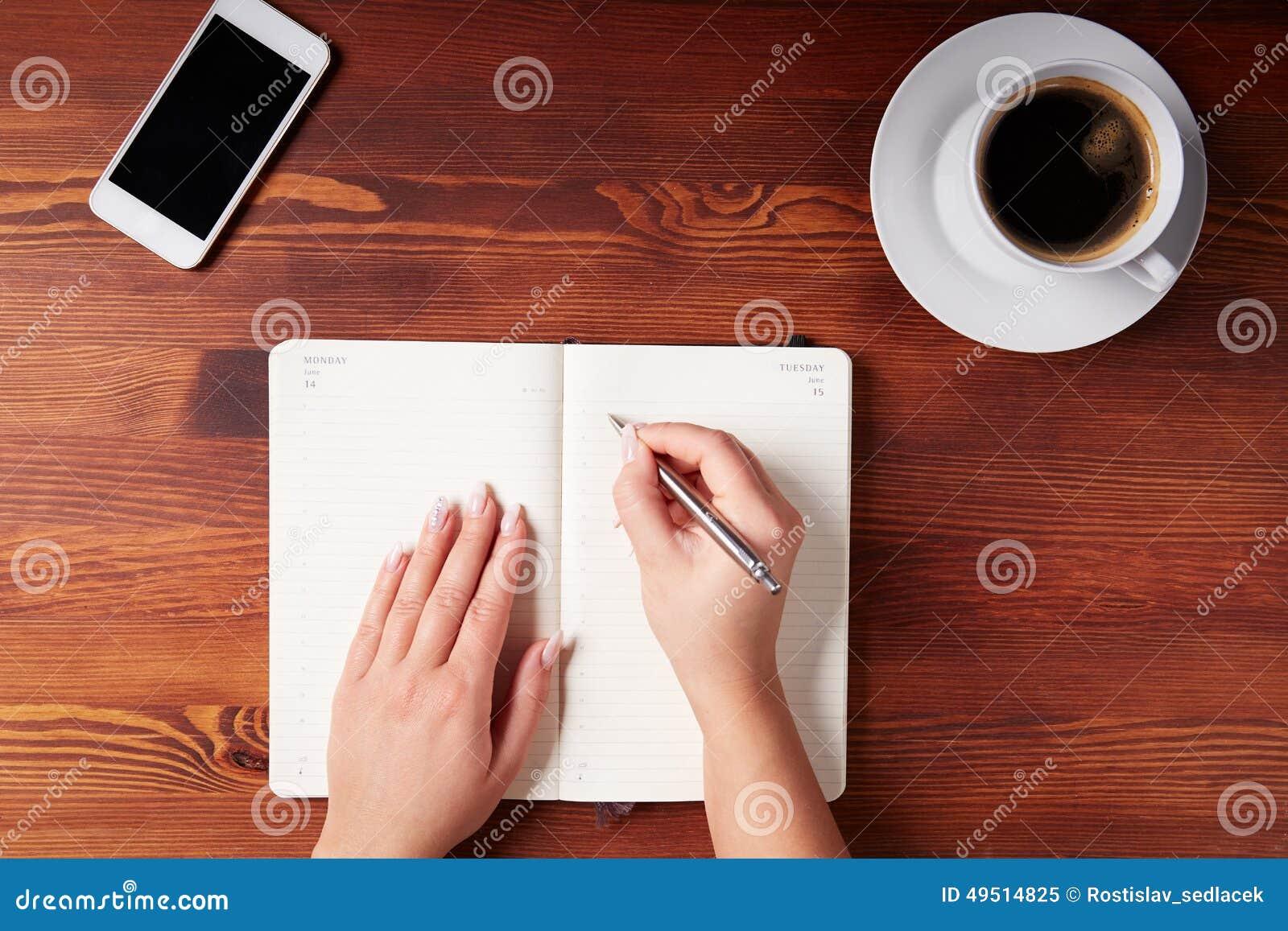 Scrittura della mano della donna in un diario