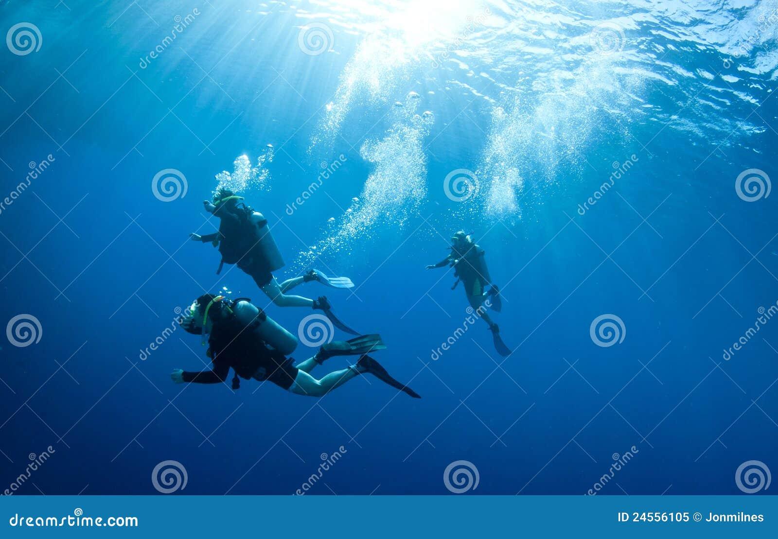 Scuba-duikers accend van een duikvlucht