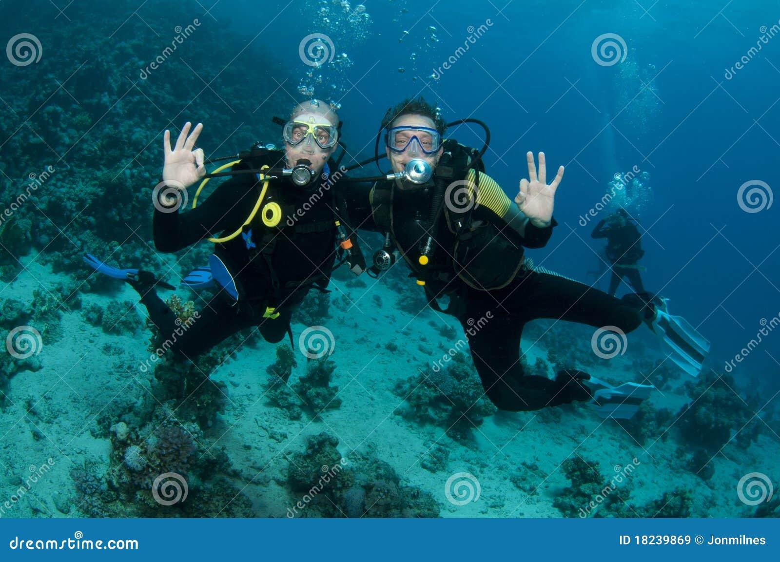 Scuba-duikers die pret hebben