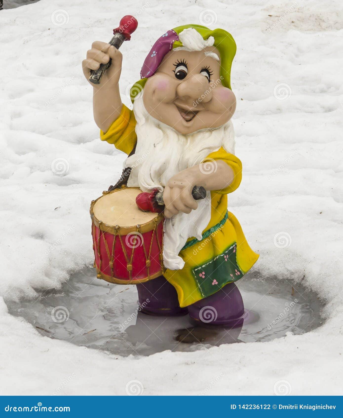 Sculpture d un petit gnome avec un tambour
