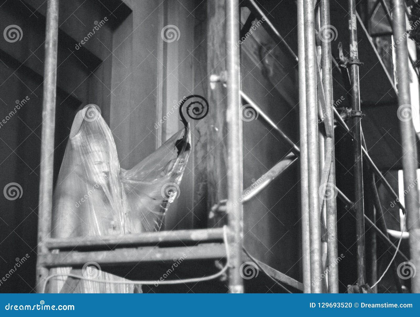Sculpture de pape de John Paul II derrière l aluminium protecteur dans l église