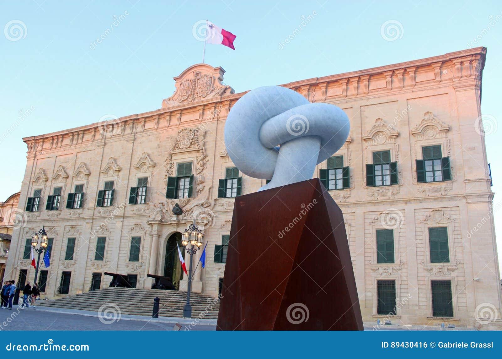 Sculpture devant l auberge de castille à La Valette, Malte