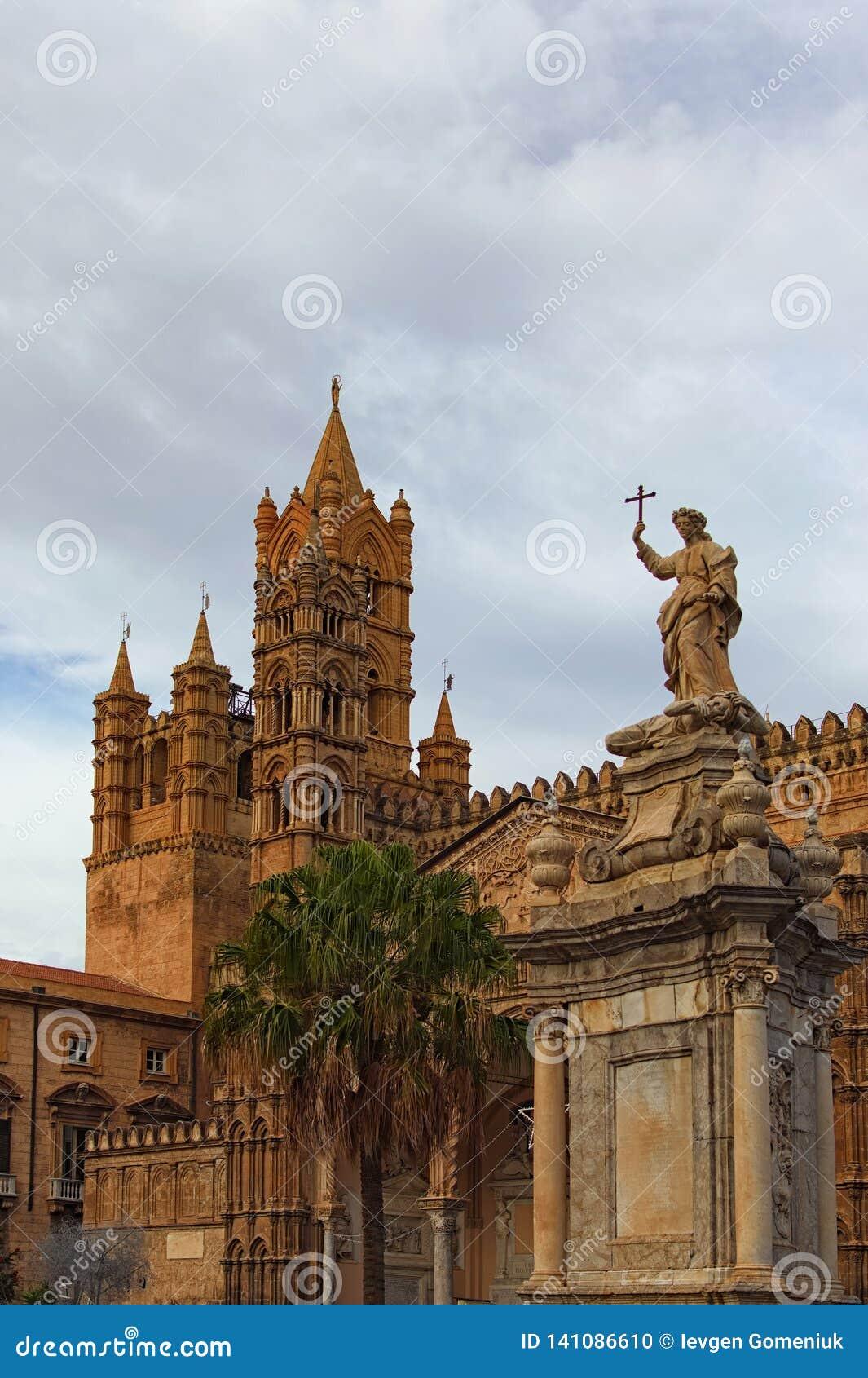 Sculpture devant la cathédrale de Palerme Cathédrale médiévale construite dans le style architectural Arabe-normand Concept de co