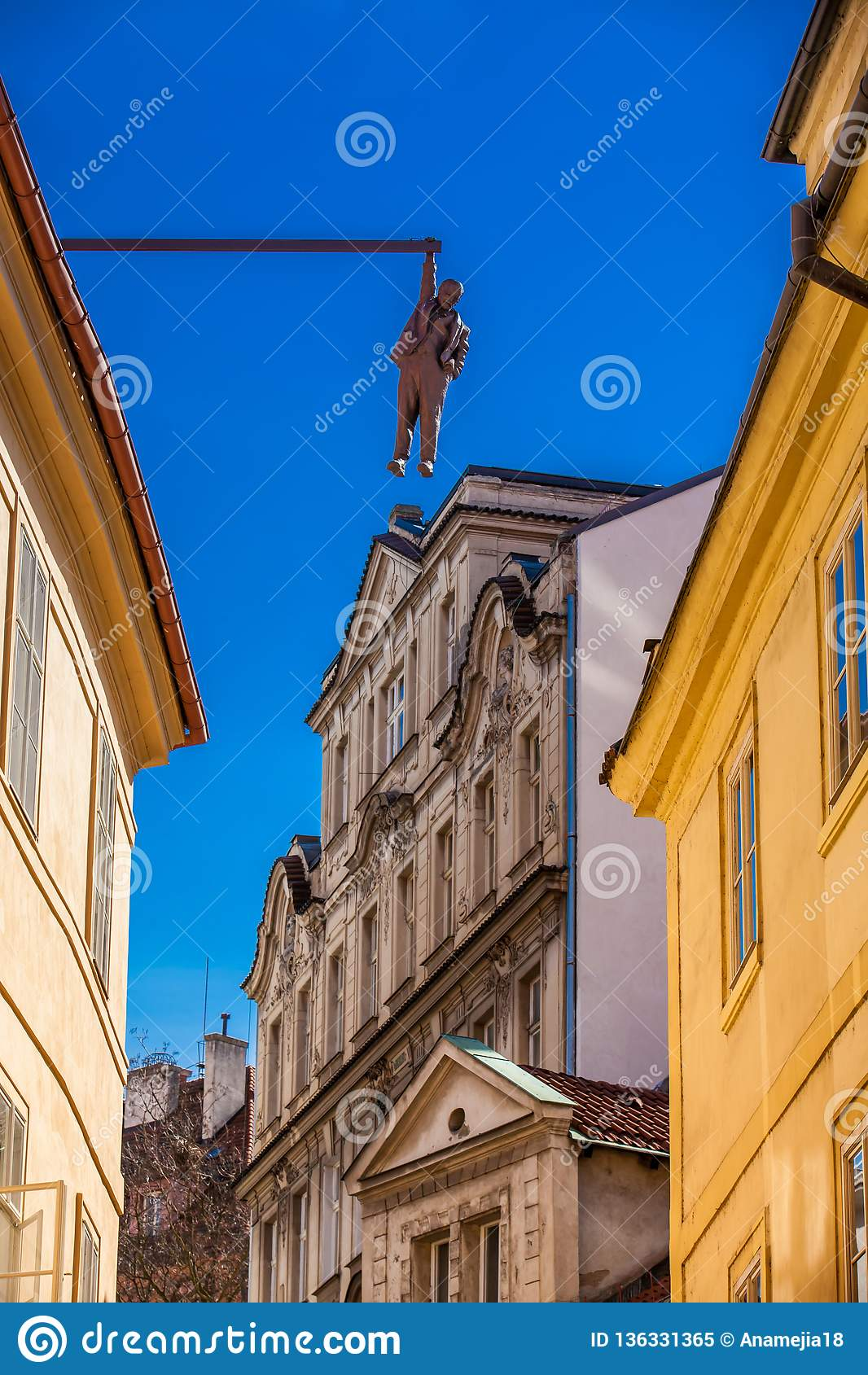 Sculpture du psycho-analyste Sigmund Freud accrochant par une main appelée Man Hanging