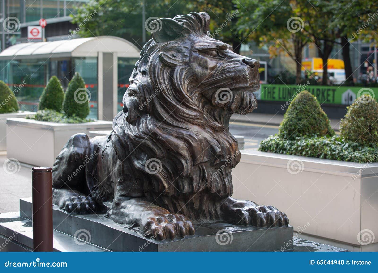 Sculpture en lion par l entrée de bureau