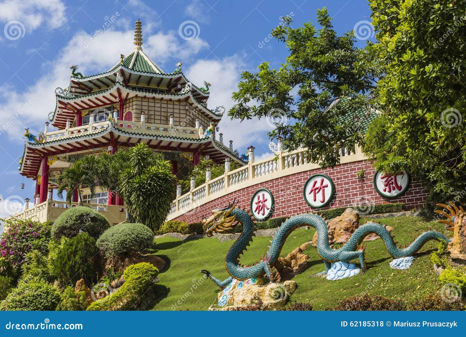 Sculpture en pagoda et en dragon du temple de Taoist à Cebu, Philip