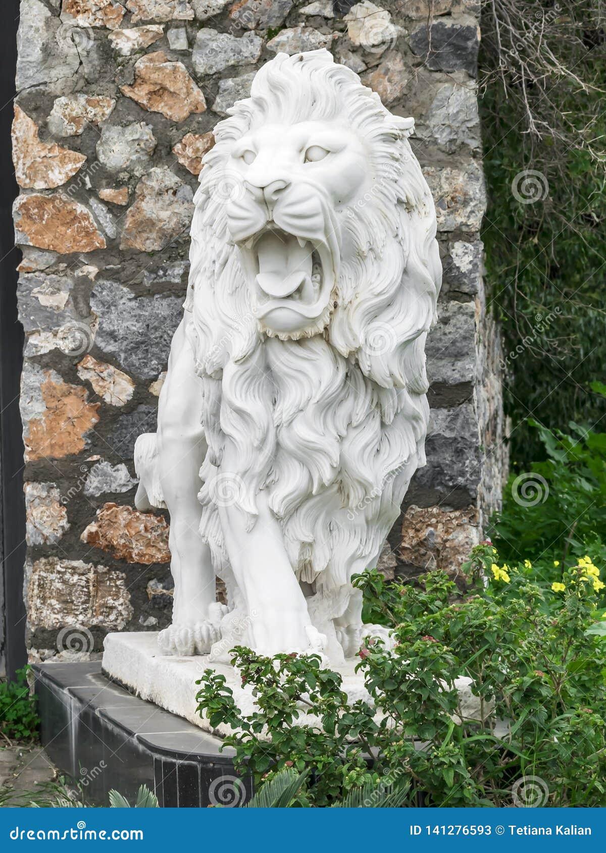 Sculpture en ville d un lion blanc avec la bouche ouverte à l entrée Point de repère local Front View