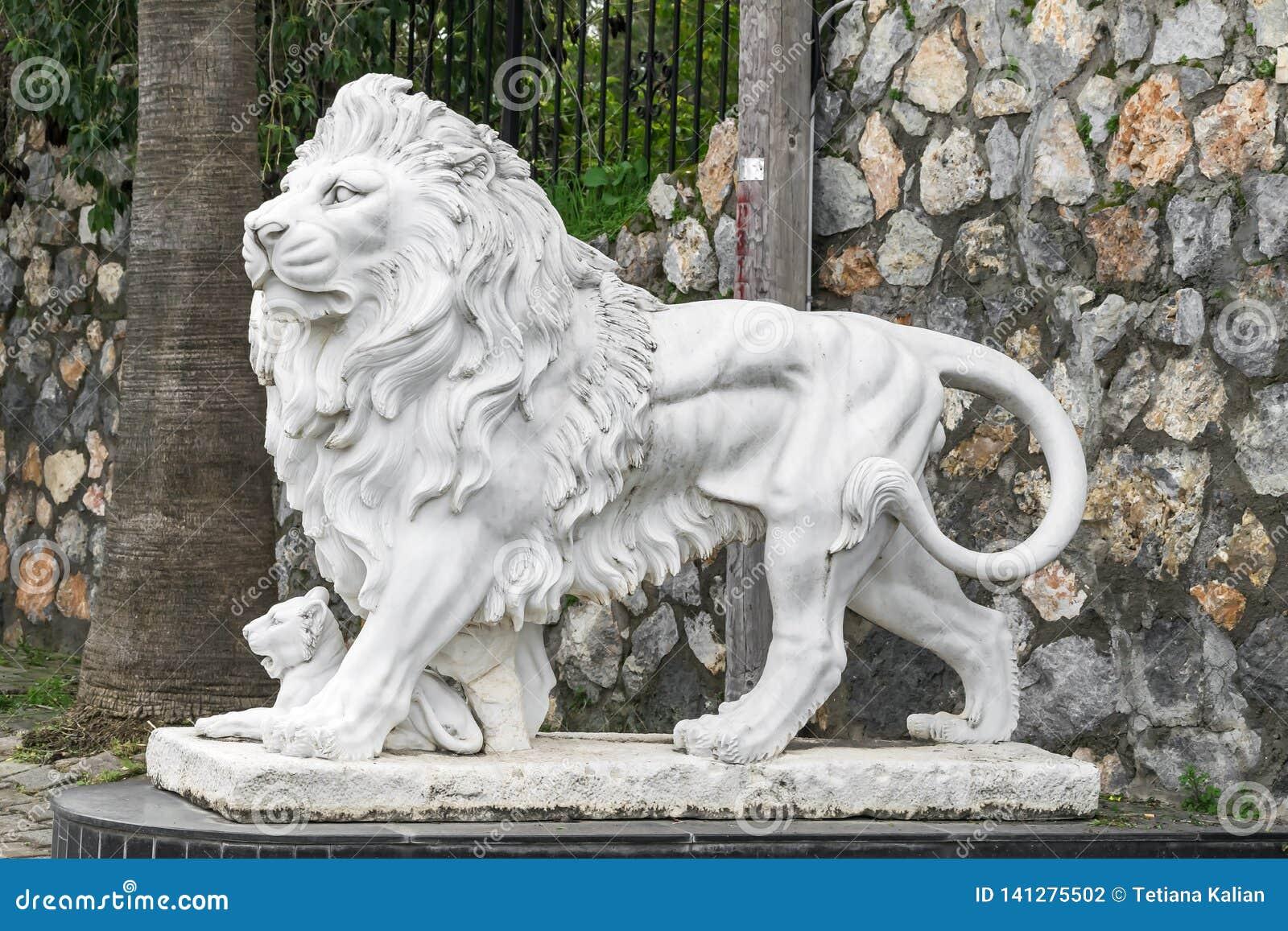 Sculpture en ville d un lion et d un petit animal de lion à l entrée Point de repère local Vue de côté