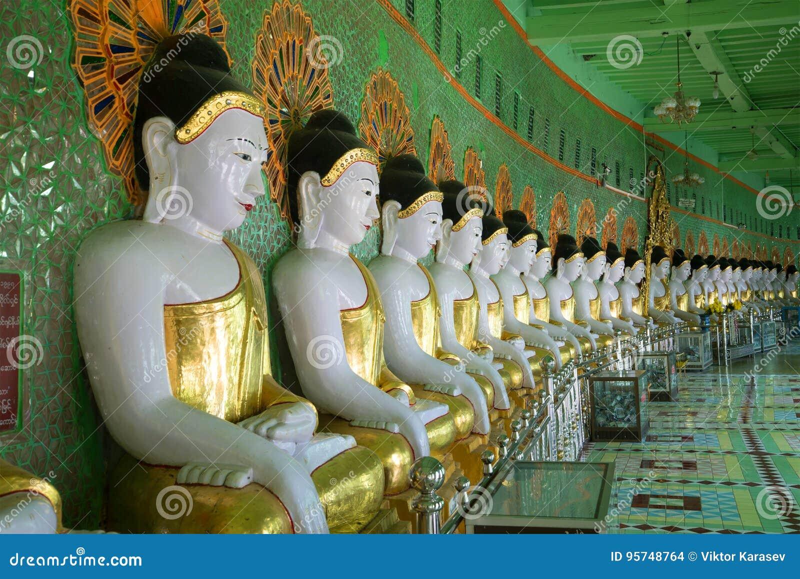 Sculptures de Buddhas posé dans la pagoda U Min Thonze de caverne